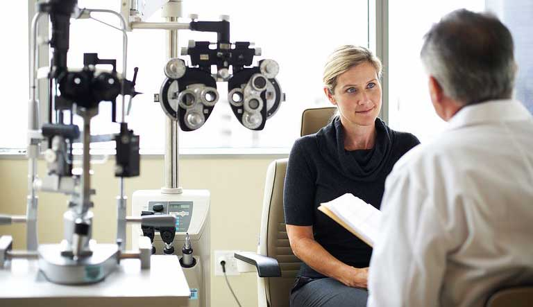presbyopic-patient-consulting-with-ophthalmologist